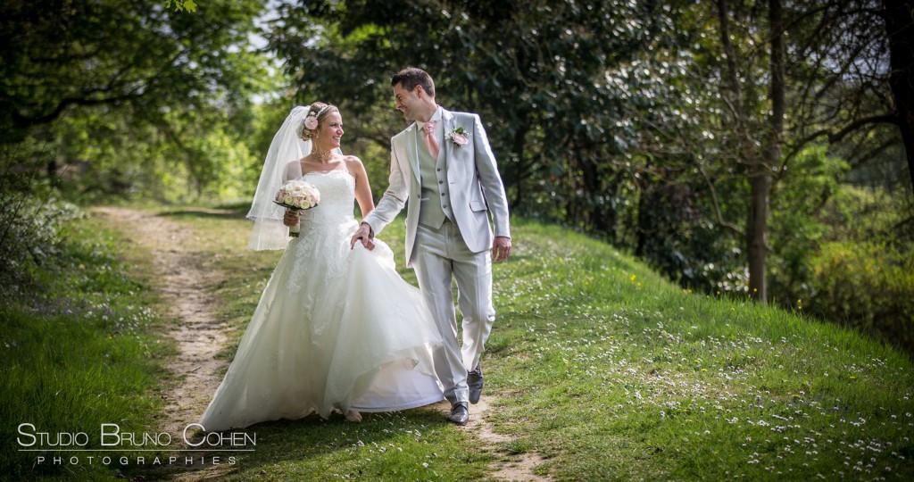 mariés marchant en se regardant dans le parc du Chateau de la Tour
