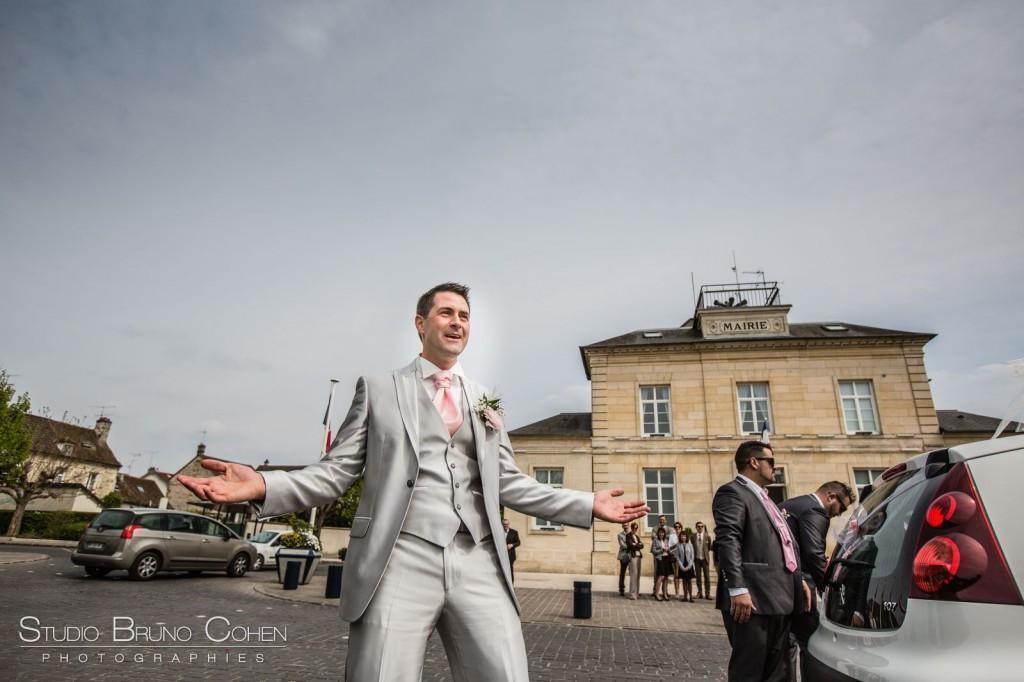 marié devant la mairie les bras grand ouverts