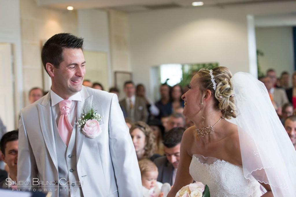 mariés souriants se regardent dans la salle des mariages de Gouvieux