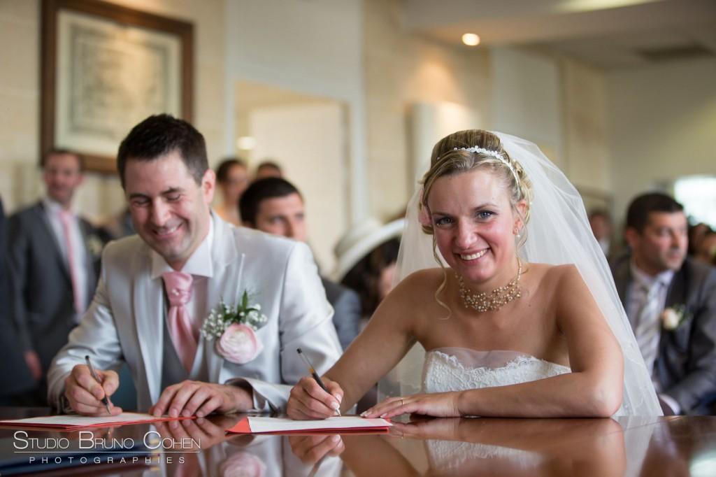 mariés signant les registres mairie de Gouvieux