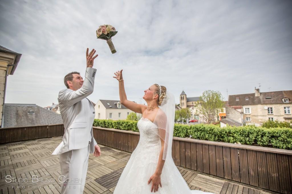 mariés lancent le bouquet sur la terrasse de la mairie de Gouvieux