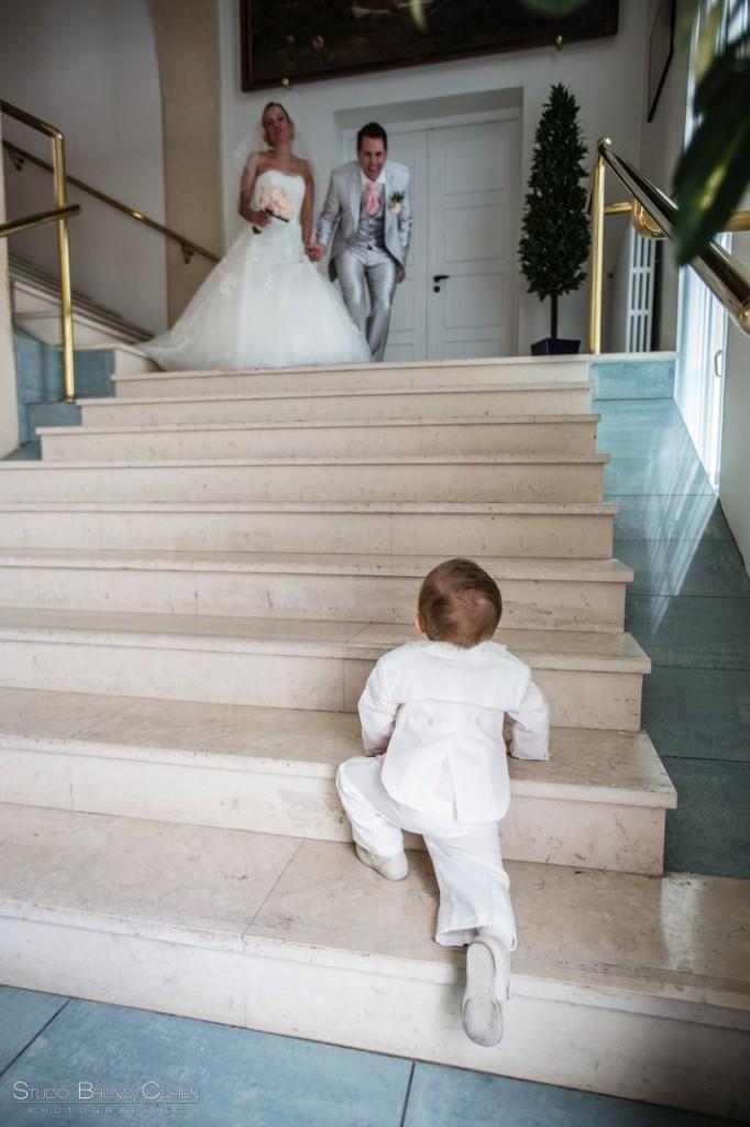 petit enfant grimpe un escalier vers les mariés dans la mairie de Gouvieux