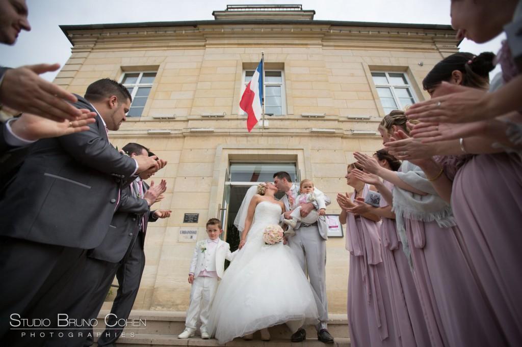 baiser de mariés à la mairie de Gouvieux