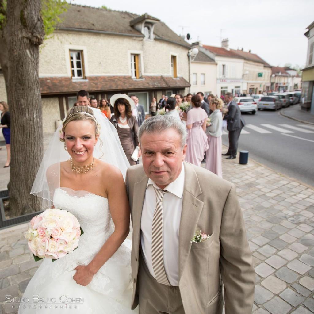cortège de mariage entre la mairie et l'église de Gouvieux la mariée au bras de son père
