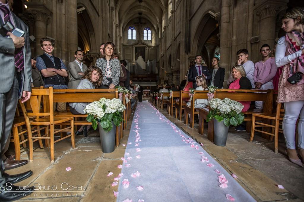 entrée de l'église de Gouvieux décorée pour un mariage avec tapis blanc et pétales de roses