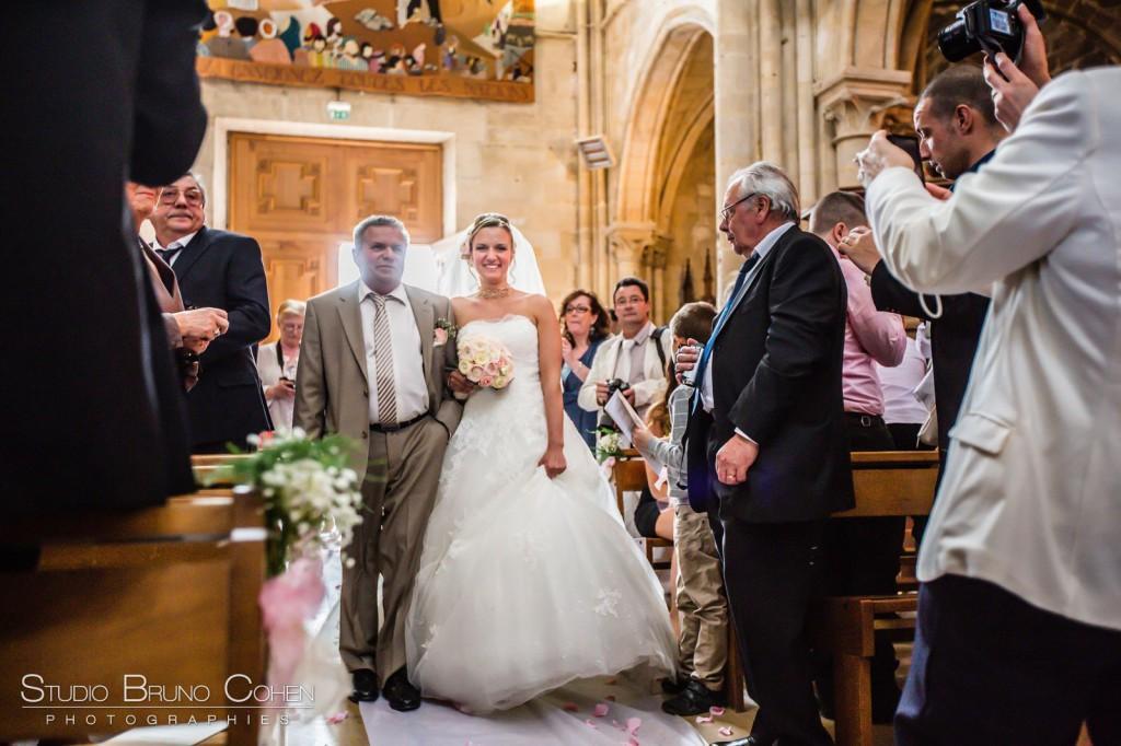 mariée au bras de son père entrant dans l'église de Gouvieux