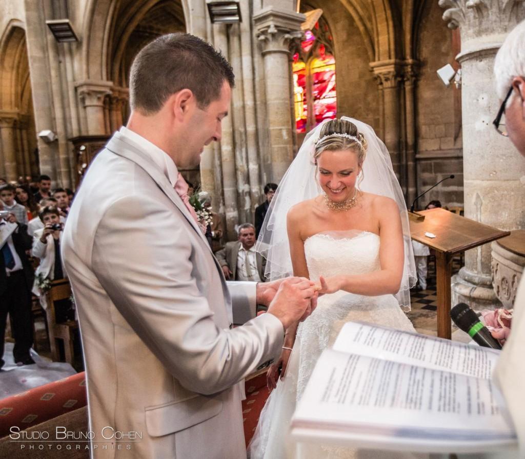 mariés qui échangent les alliances dans l'église de Gouvieux