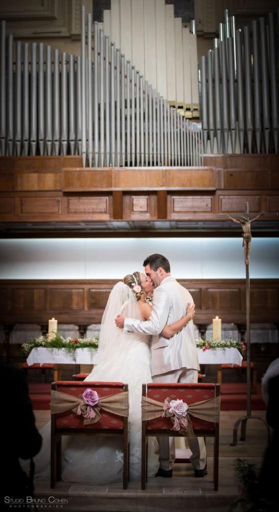 couple de mariés qui s'embrassent dans l'église de Gouvieux