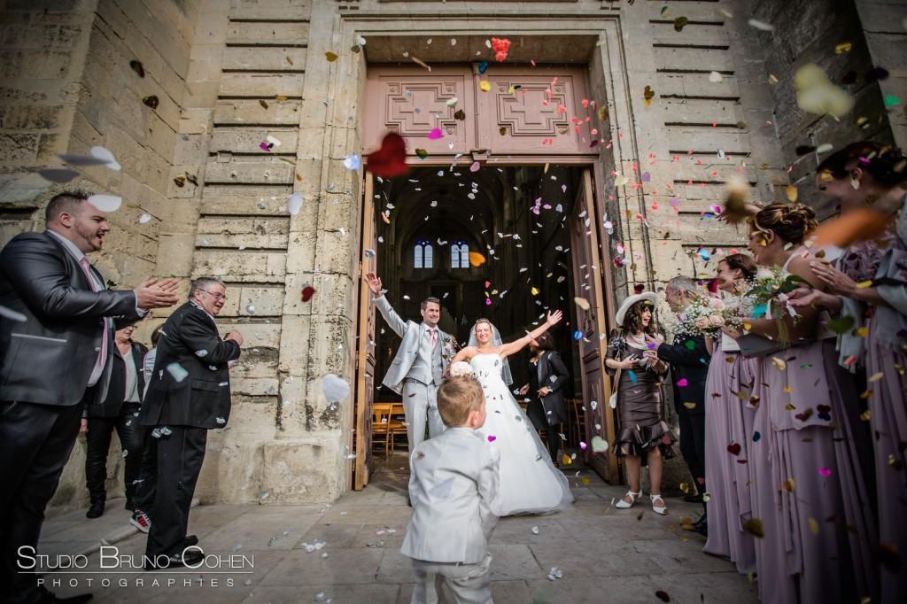 sortie des mariés après une cérémonie de mariage a l'église de Gouvieux lancer de pétales