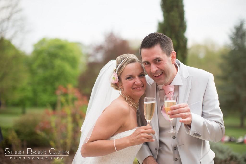 mariés souriants avec leur coupes de Champagne à la main