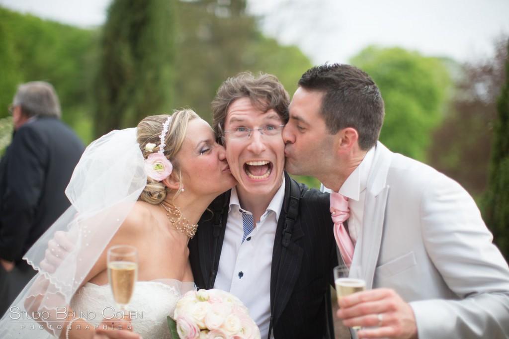 mariés qui embrassent Bruno Cohen photographe de mariage sur la terrasse du Chateau de la Tour