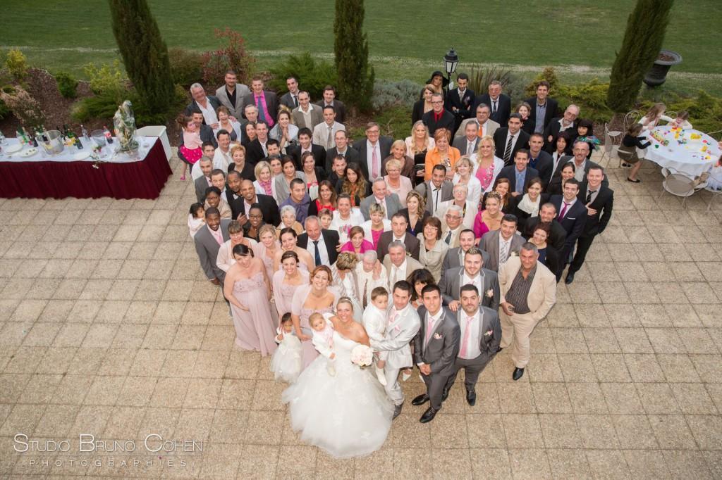 groupe des invités d'un mariage formant un coeur vu de haut sur la terrasse du chateau de la tour gouvieux