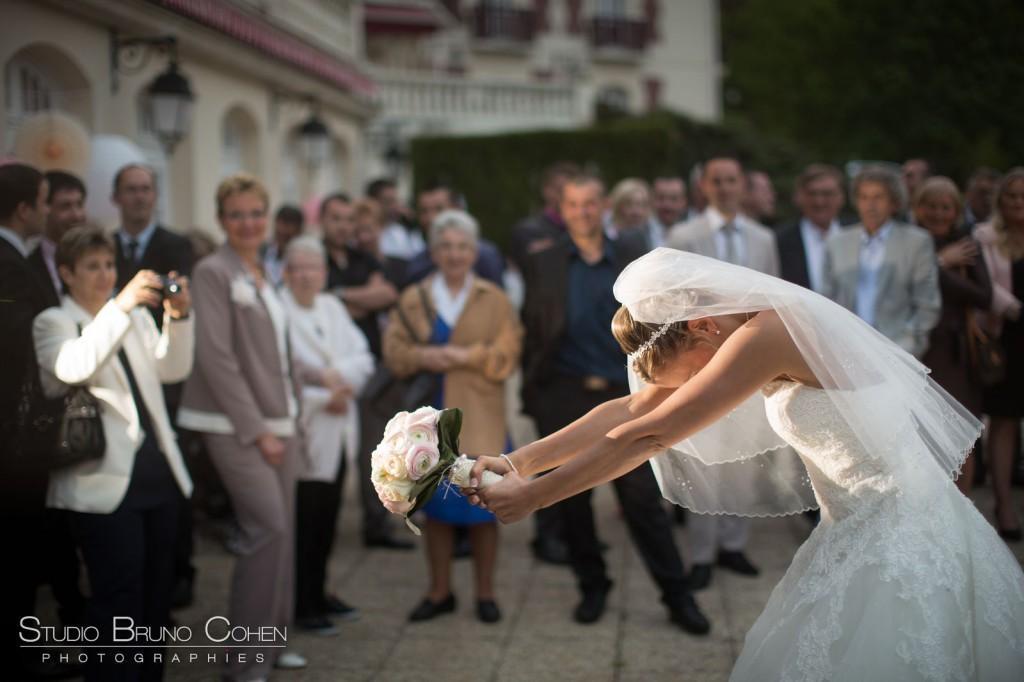 mariée de profil qui lance son bouquet sur la terrasse du chateau de la tour Gouvieux