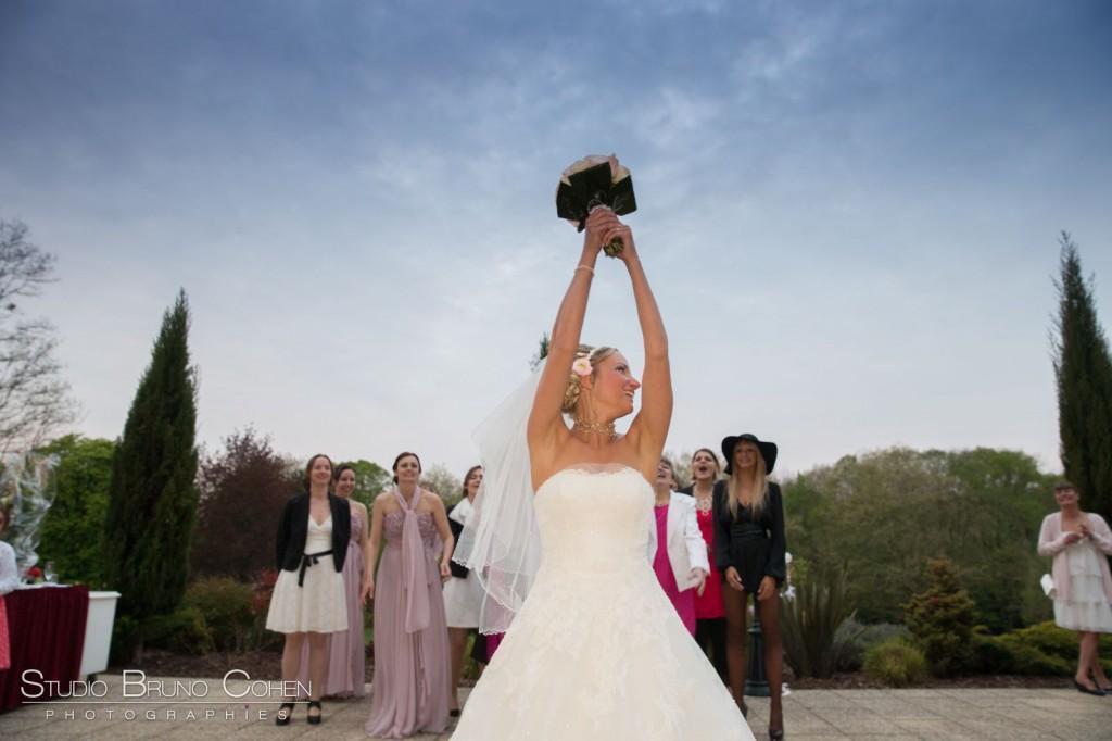 lancer de bouquet d'une mariée vue de face au chateau de la tour