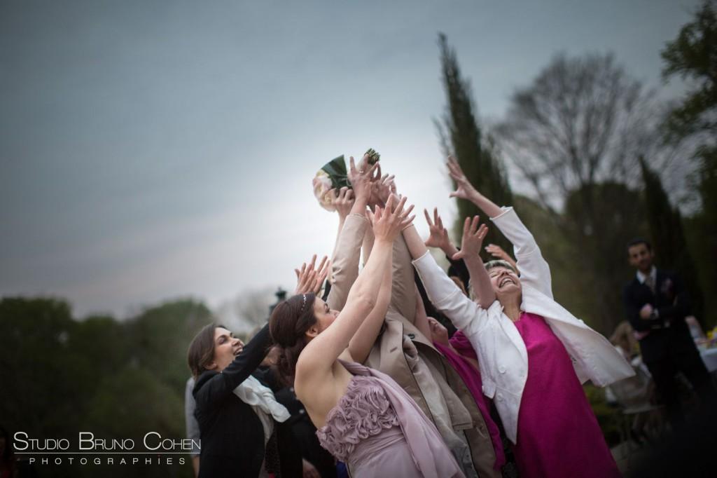 femmes sautant pour attraper le bouquet de la mariée au Chateau de la Tour