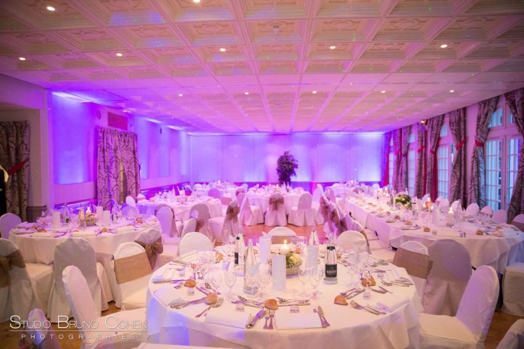 salon contemporain au Chateau de la Tour Gouvieux dressé pour un mariage en thème rose