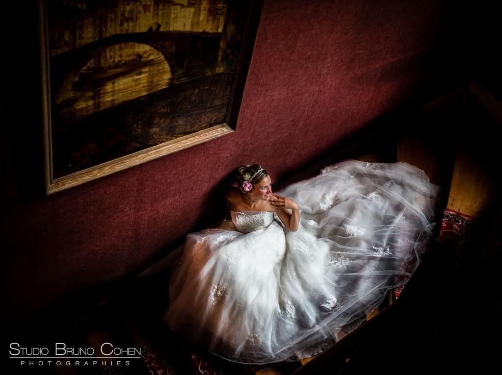 mariée assise dans l'escalier historique du chateau de la tour, vue d'en haut