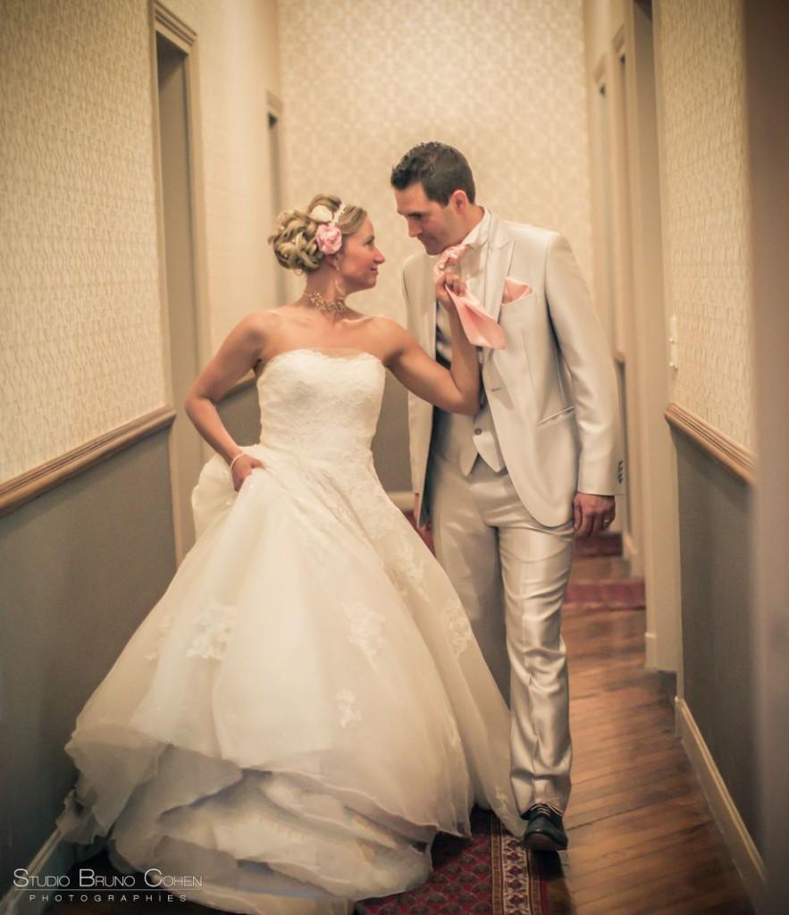 couple de mariés dans les couloirs du chateau de la tour