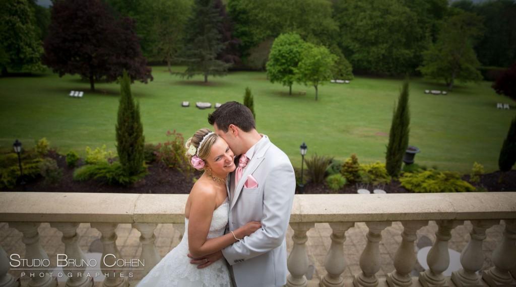 mariés enlacés sur la terrasse au Chateau de la Tour