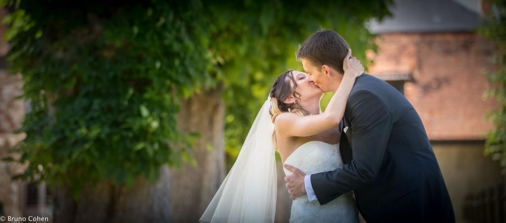 baiser des maries dans le parc du chateau