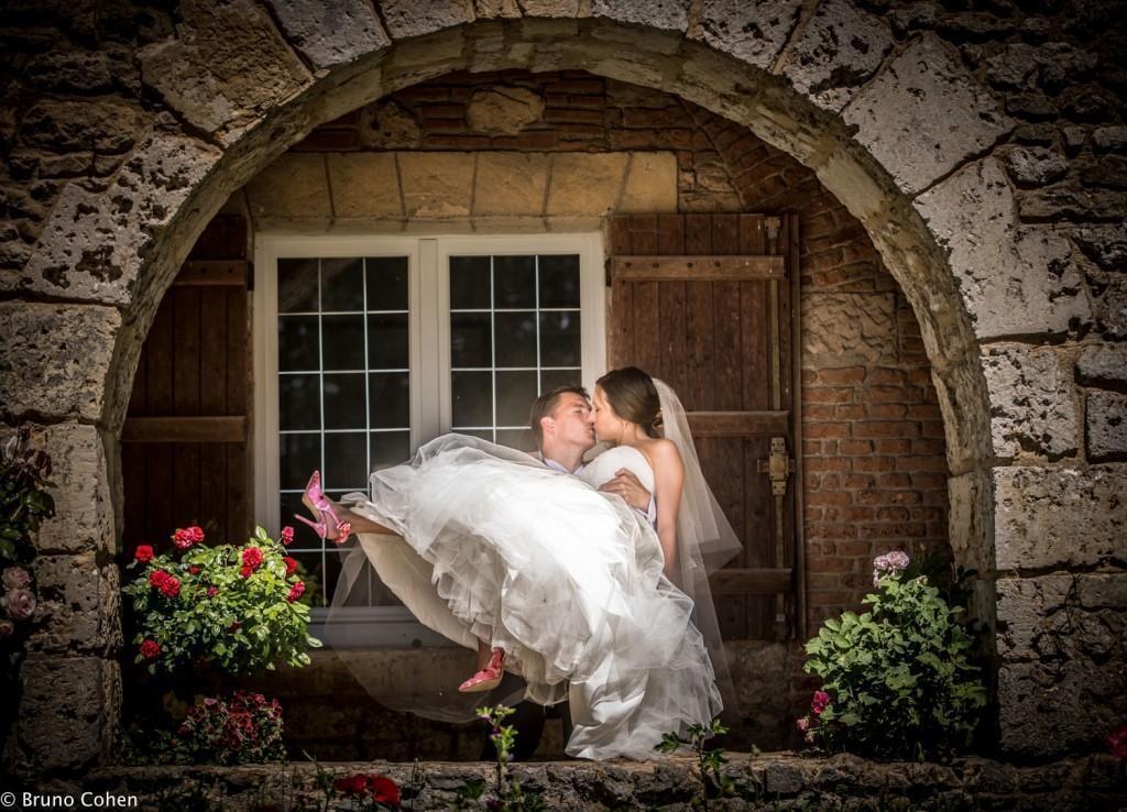 mari qui porte sa femme sous une arche du chateau