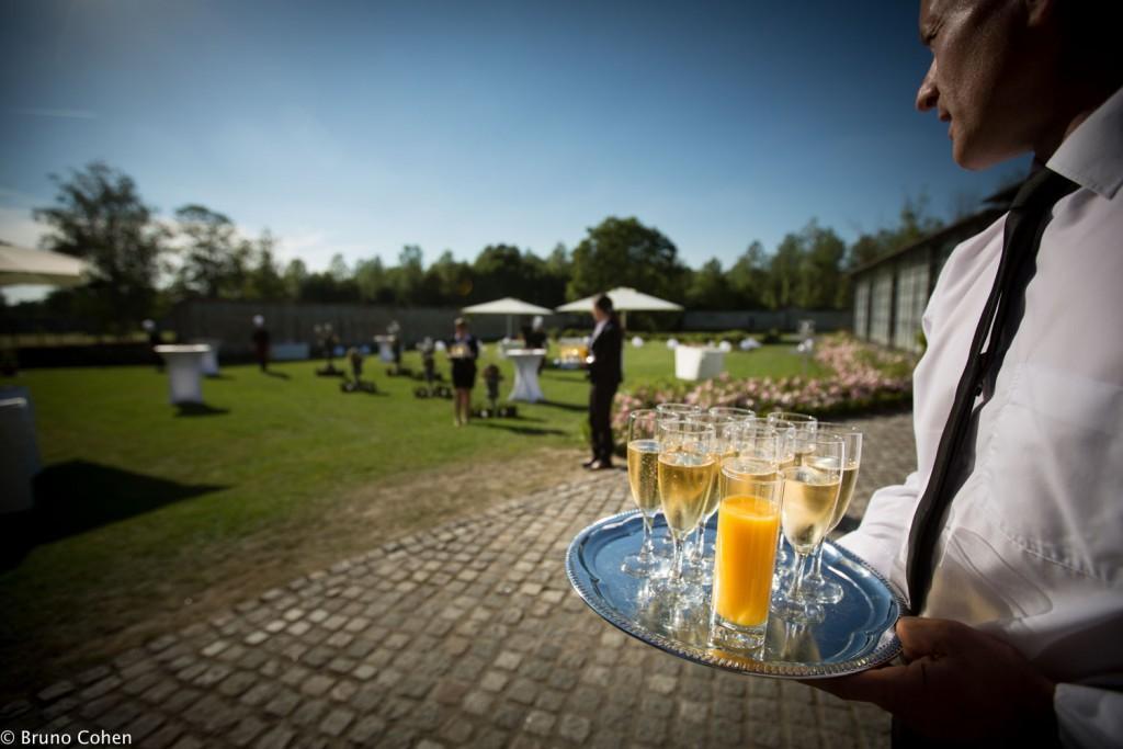 cocktail servit aux invites dans le parc