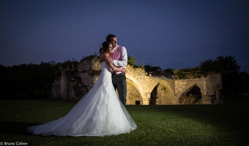Maries au crépuscule pour une photo de couple dans le parc du chateau
