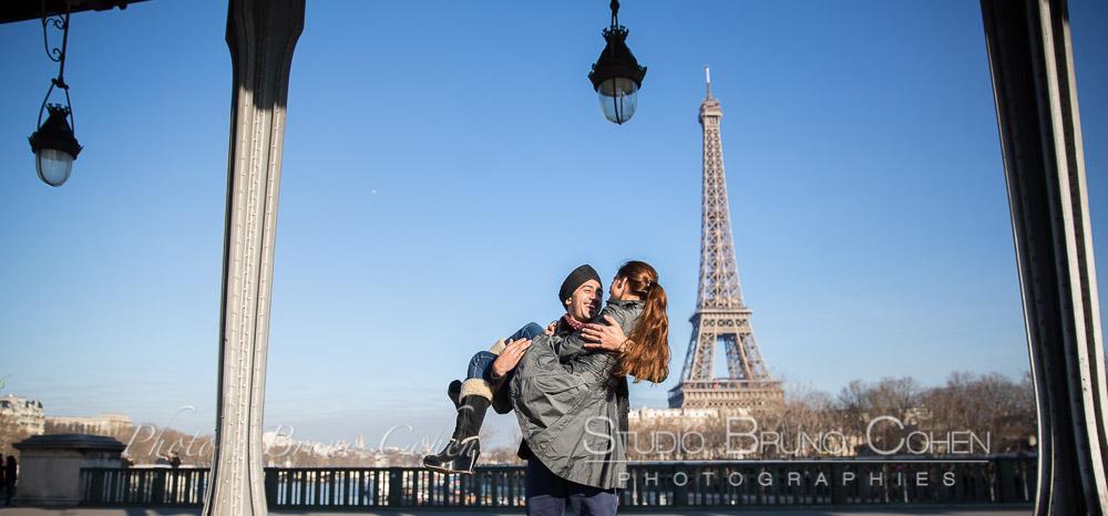 Portraits en amoureux à Paris pont de Bir-Hakeim