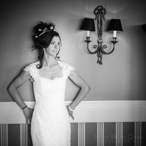 mariee contre le mur de sa chambre prend la pose