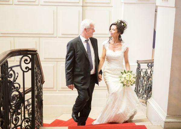 pere accompagne sa fille se marier a l'eglise