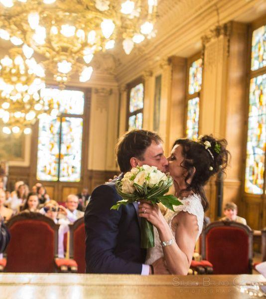 baiser entre les maries apres la ceremonie civile