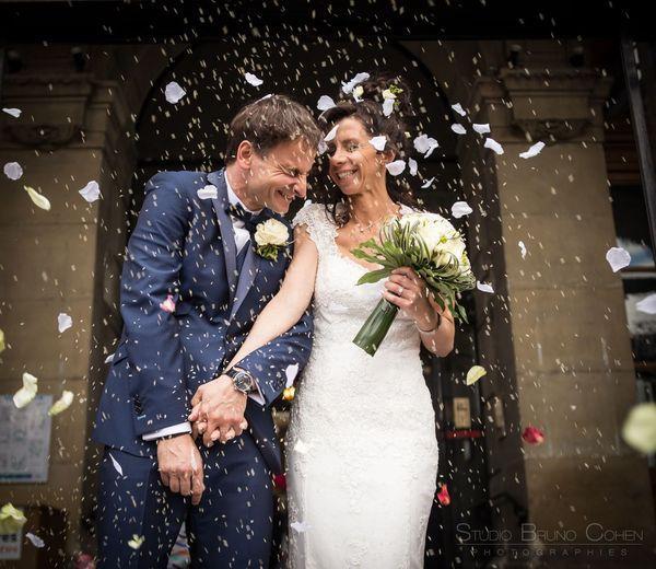 maries sortent sous les confettis apres la mairie