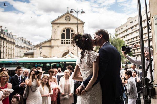 baiser des maries devant les invites a la sortie de la mairie