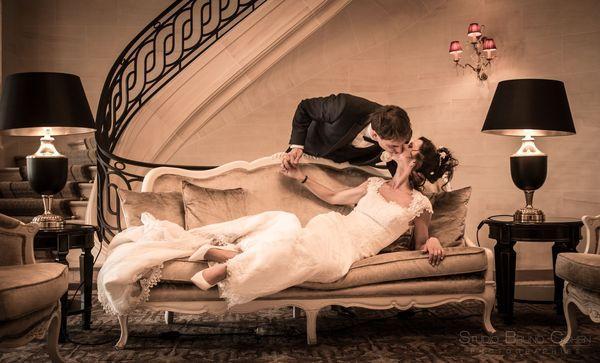 portrait de couple ou les maries s'embrassent en bas des escaliers de l'hotel montroyal