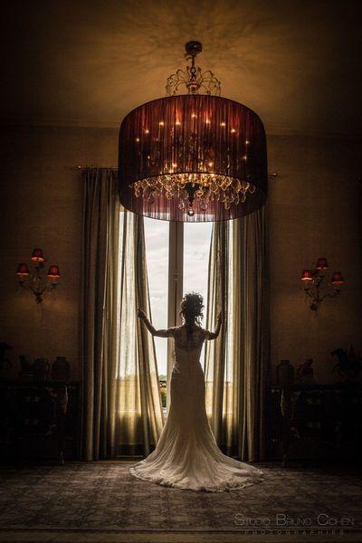 mariee devant une fenetre de l'hotel montroyal