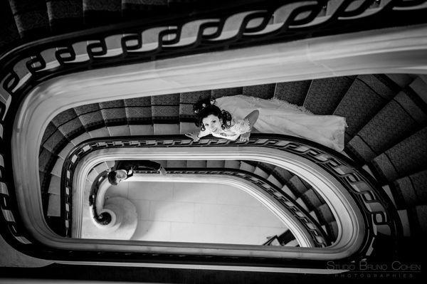 les maries dans les escaliers de l'hotel montroyal