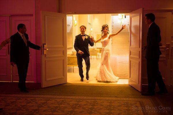 maries font leur entree dans la salle de reception