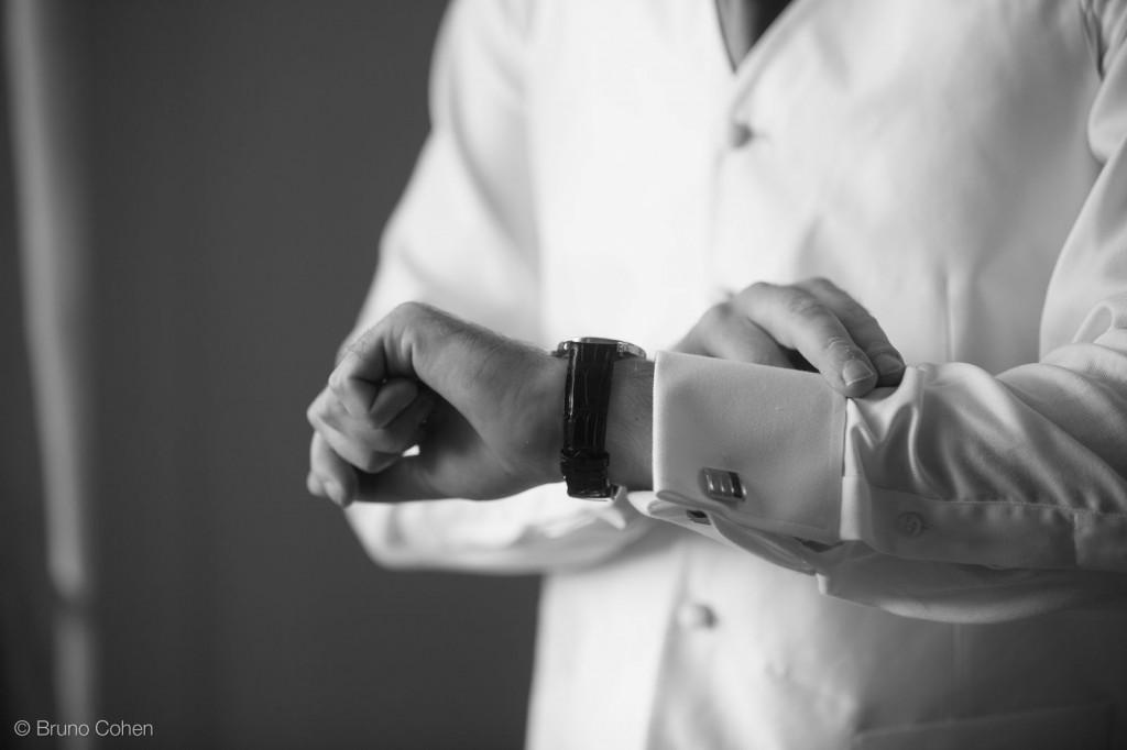 marie regarde sa montre sur son bras