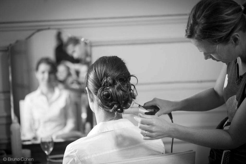finition sur la coiffure de la mariee