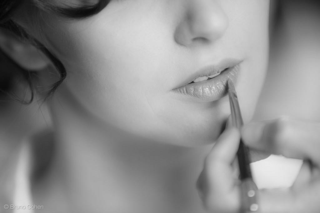 mariee se fait maquiller les lèvres