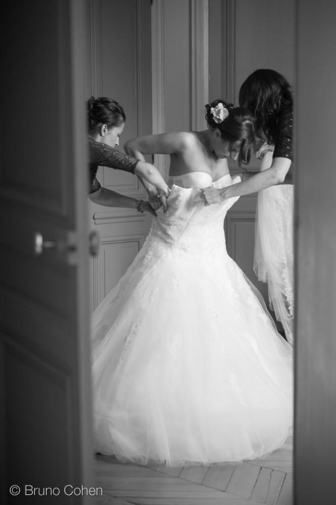 mariee avec ses témoins enfile sa robe