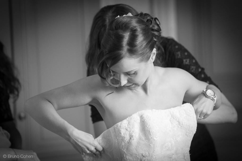 temoins aide la mariee pour mettre sa robe