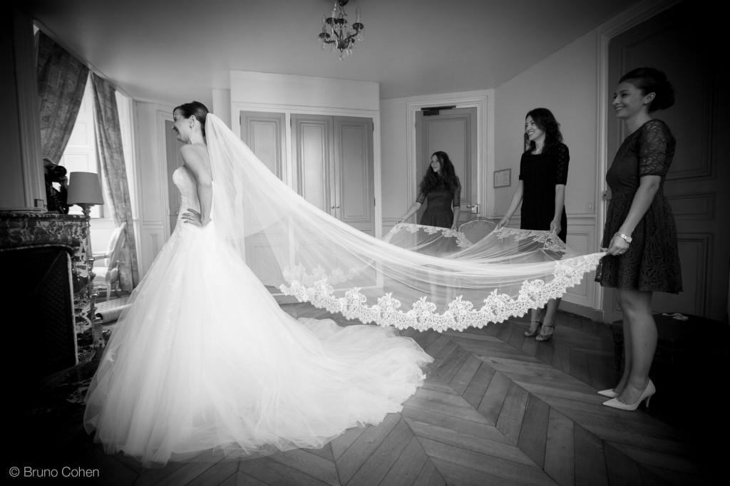 temoins tiennent le voile de la mariee