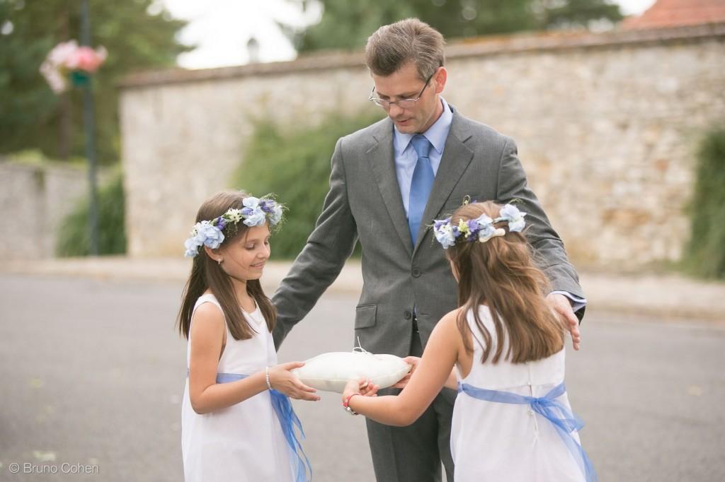 enfants d'honneur prennent les alliances pour la ceremonie