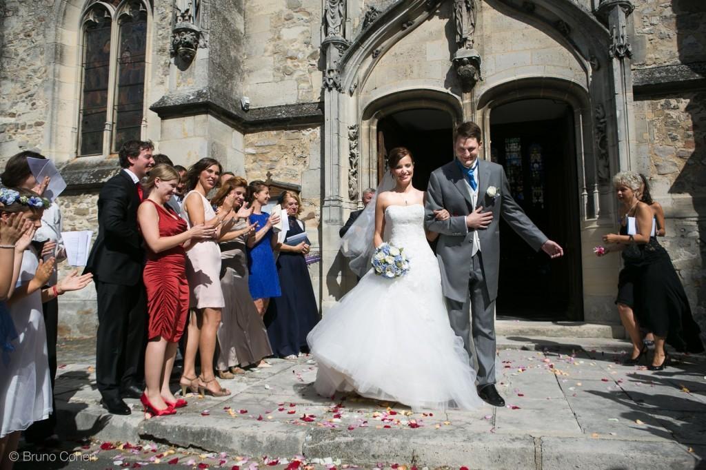 sortie d'eglise des maries avec invites qui applaudissent
