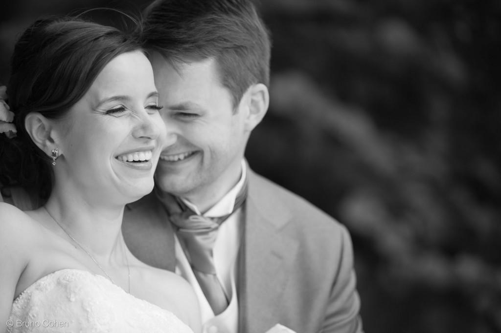 portrait de couple des maries dans le parc du chateau d'ermenonville