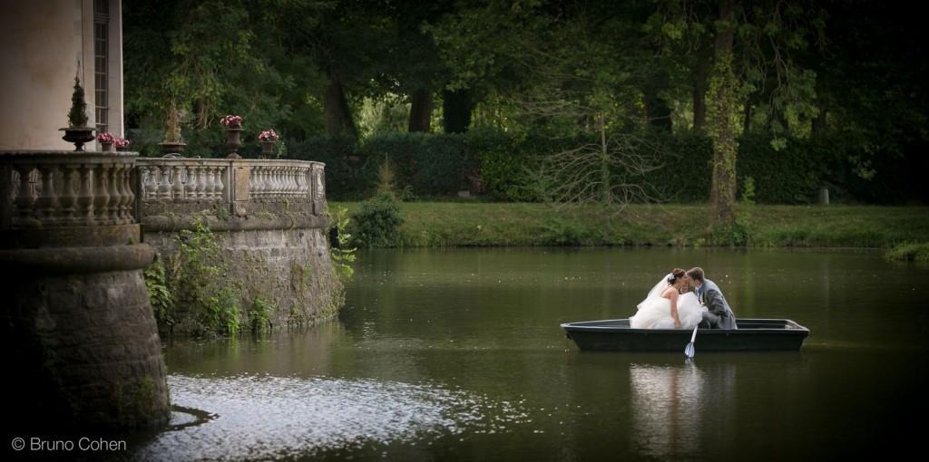 maries au milieu de l'etendue d'eau devant le chateau