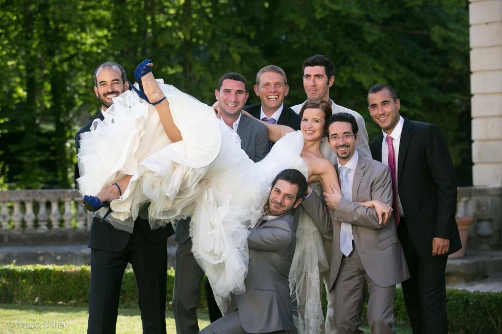 temoins et invites soulevent la mariee pour la photo