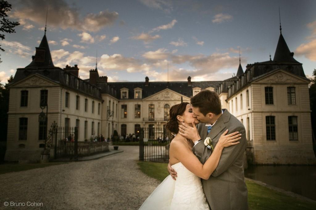 portrait de couple des maries devant le chateau d'ermenonville