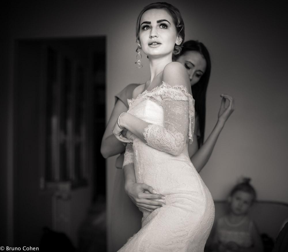 mariee prend la pose pendant son habillage